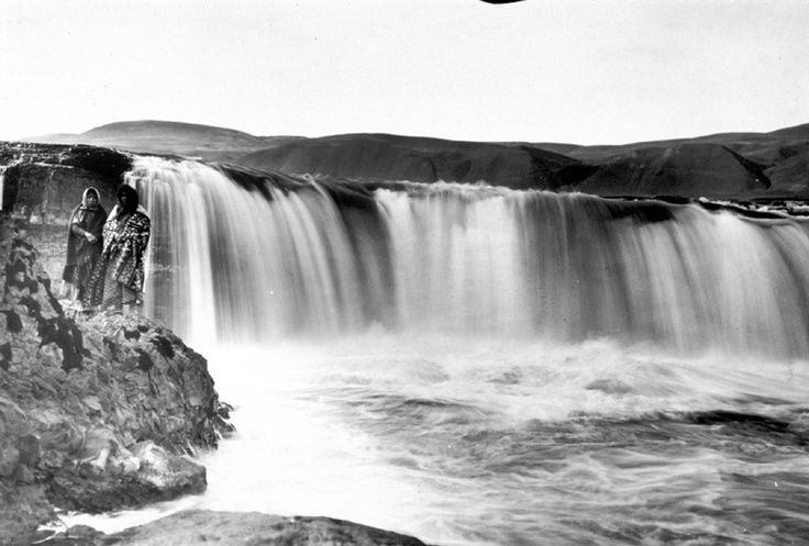 Umatilla Women at Celilo Falls - Photo by Moorhouse Lee - Northwest Museum of Arts & Culture